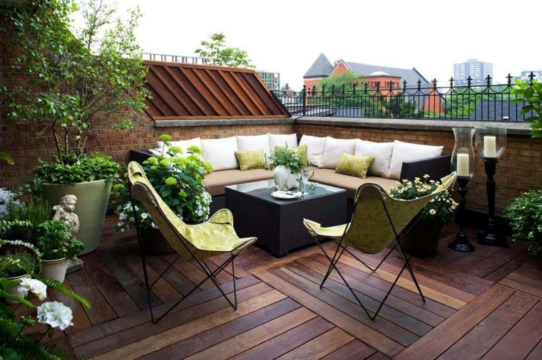 Terrazzo sul tetto con set di mobili in rattan, pavimentazione terrazzo in legno