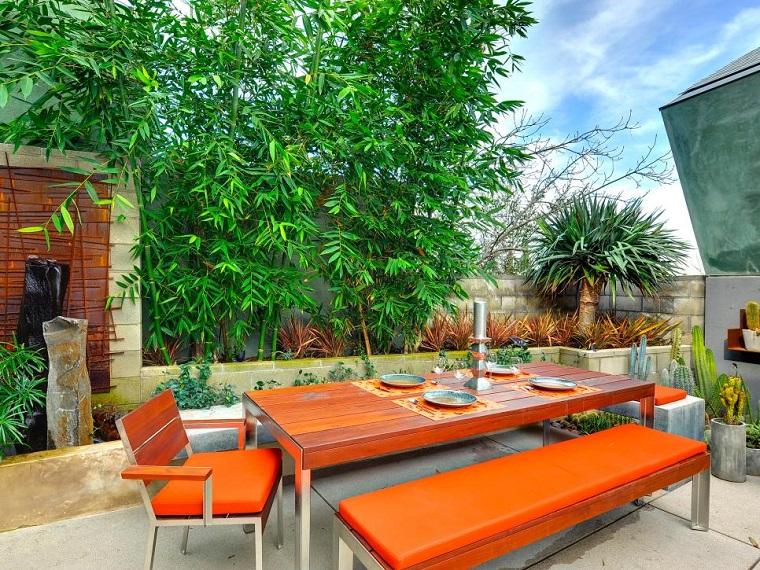 come arredare un terrazzo mobili accenti arancione