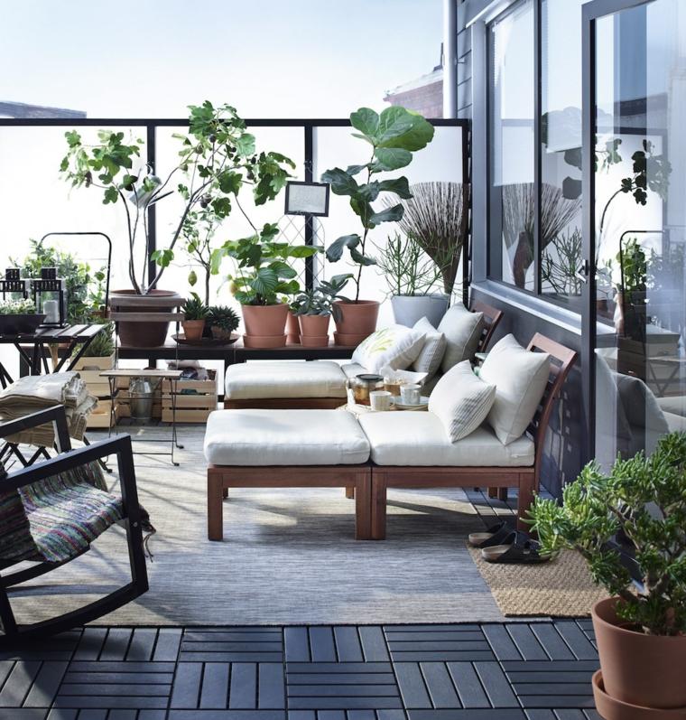 come arredare un terrazzo ringhiera di vetro arredamento con panchine di legno pavimentazione blocchi
