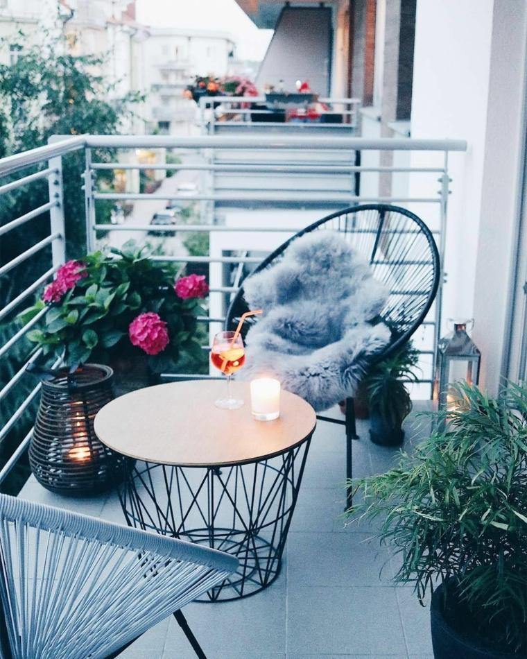 Tavolino di ferro e due poltrone in rattan, arredare terrazzo low cost, ringhiera in ferro battuto