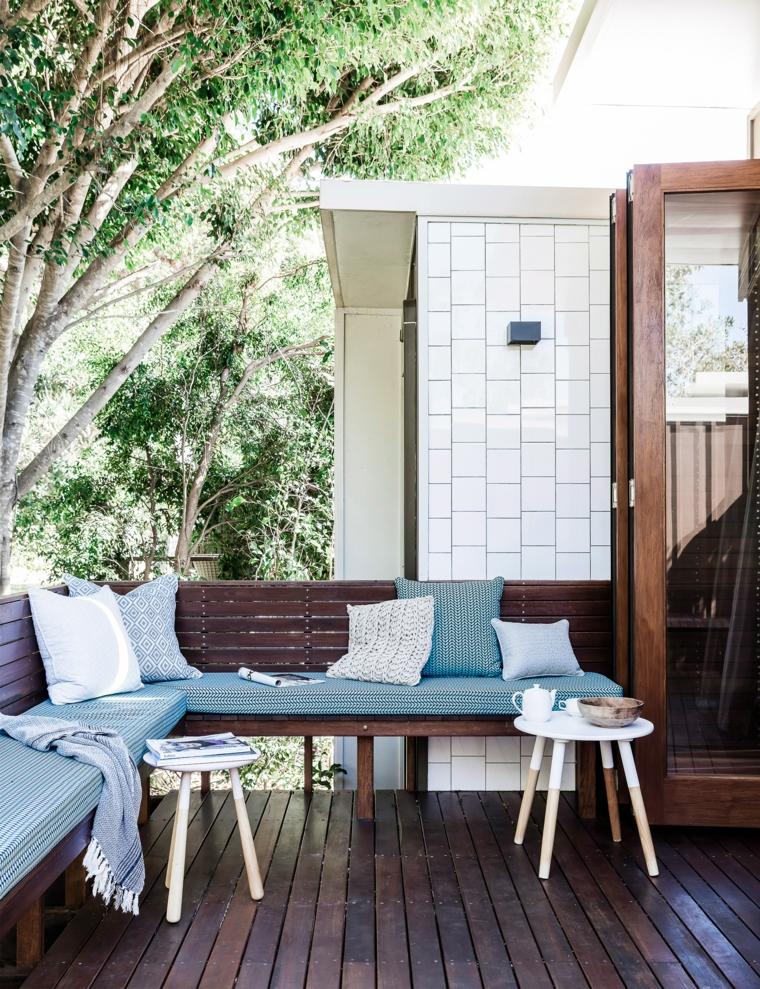 come arredare un terrazzo set di mobili in legno con cuscini pavimento sul balcone in legno