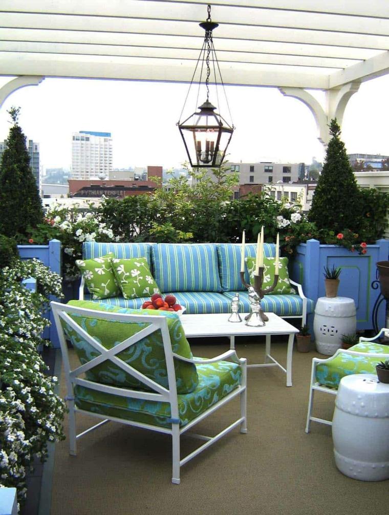 Arredare balcone piccolo e stretto, terrazzo con pergola, arredo con divano e tavolino