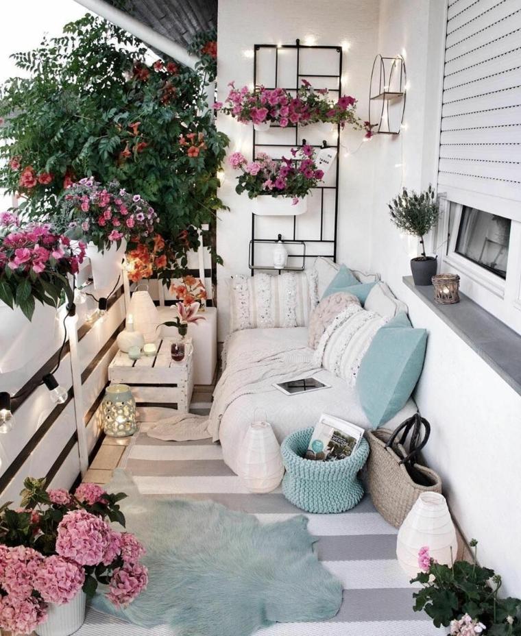 Come arredare un piccolo terrazzo coperto, terrazzo con ringhiera in legno, arredo con divano in pallet