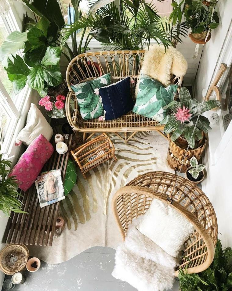 Come abbellire un balcone, balcone coperto e arredato con mobili in ratta, balcone con piante dalla foglia verde
