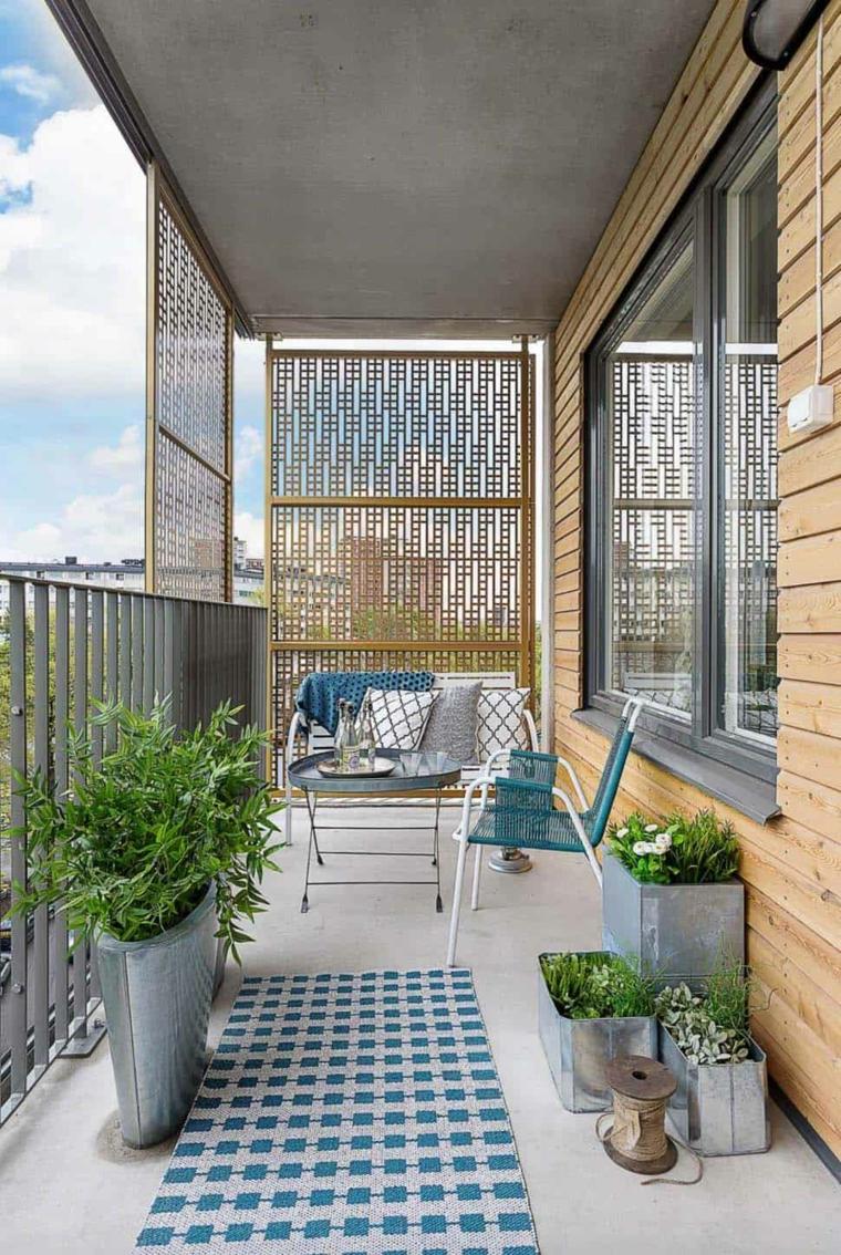 Arredare balcone stretto e lungo, balcone con ringhiera in ferro battuto, arredo con due sedie e tavolino