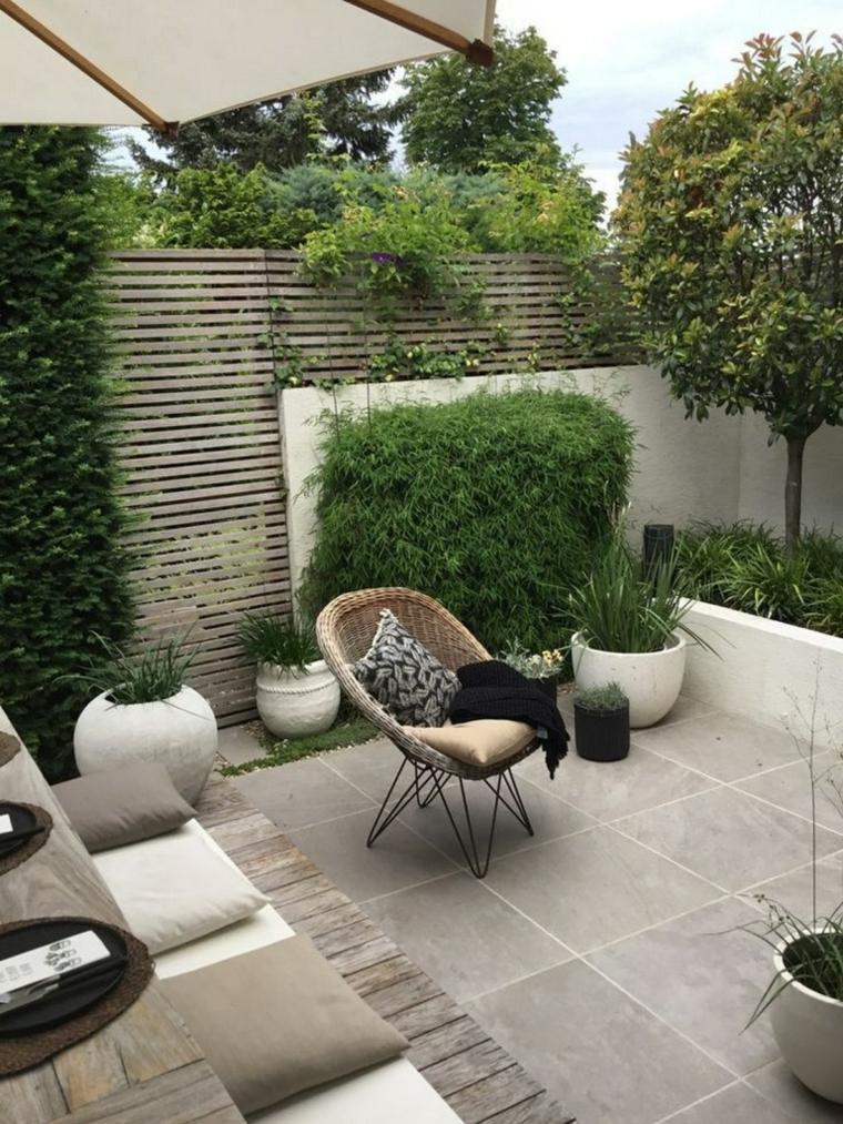 Come abbellire un balcone, arredo con poltrona in rattan e divano, ringhiera in legno con piante verdi
