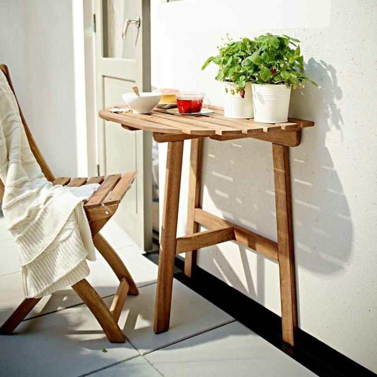 come arredare un terrazzo spendendo poco tavolino di legno con sedia e decorazioni con vasi di piante aromatiche