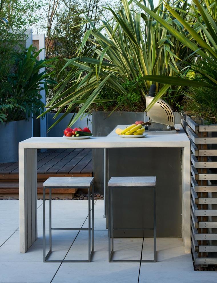 Come abbellire un balcone, vasi con piante dalla foglia verde, tavolo con sedie