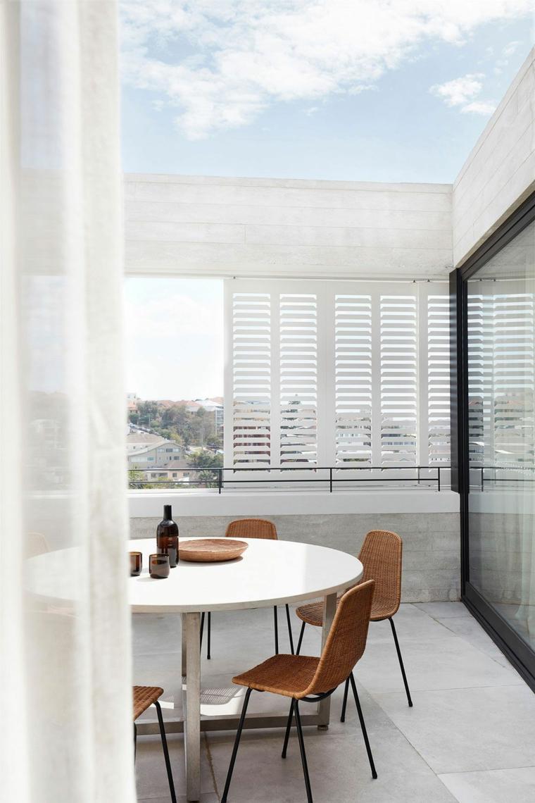 come arredare un terrazzo tavolo rotondo con sedie di legno balcone con pergola di legno