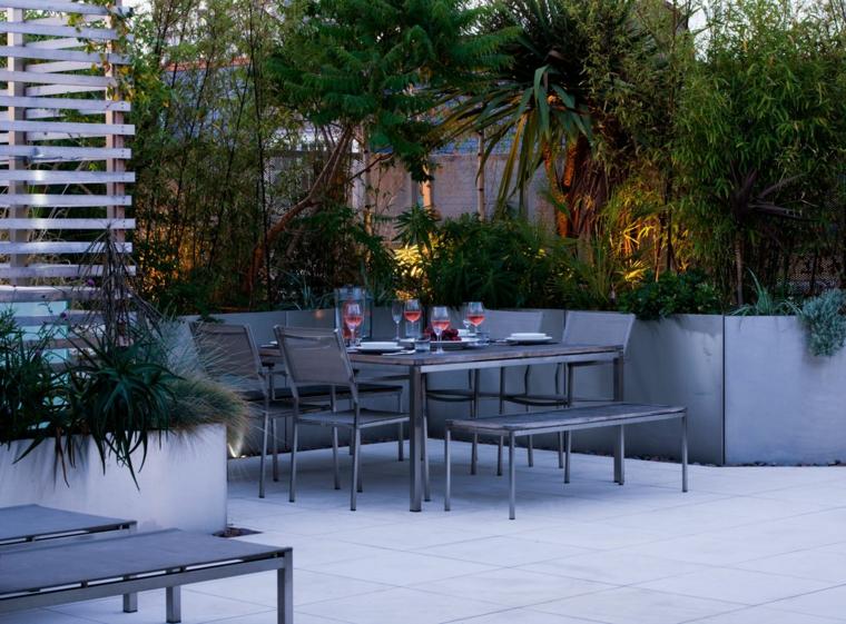 Come abbellire un balcone, vasi per piante dalla foglia verde, tavolo da pranzo con sedie e panchina