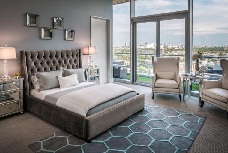 Come abbellire camera da letto, letto con testata alta, parete decorata con fotografie