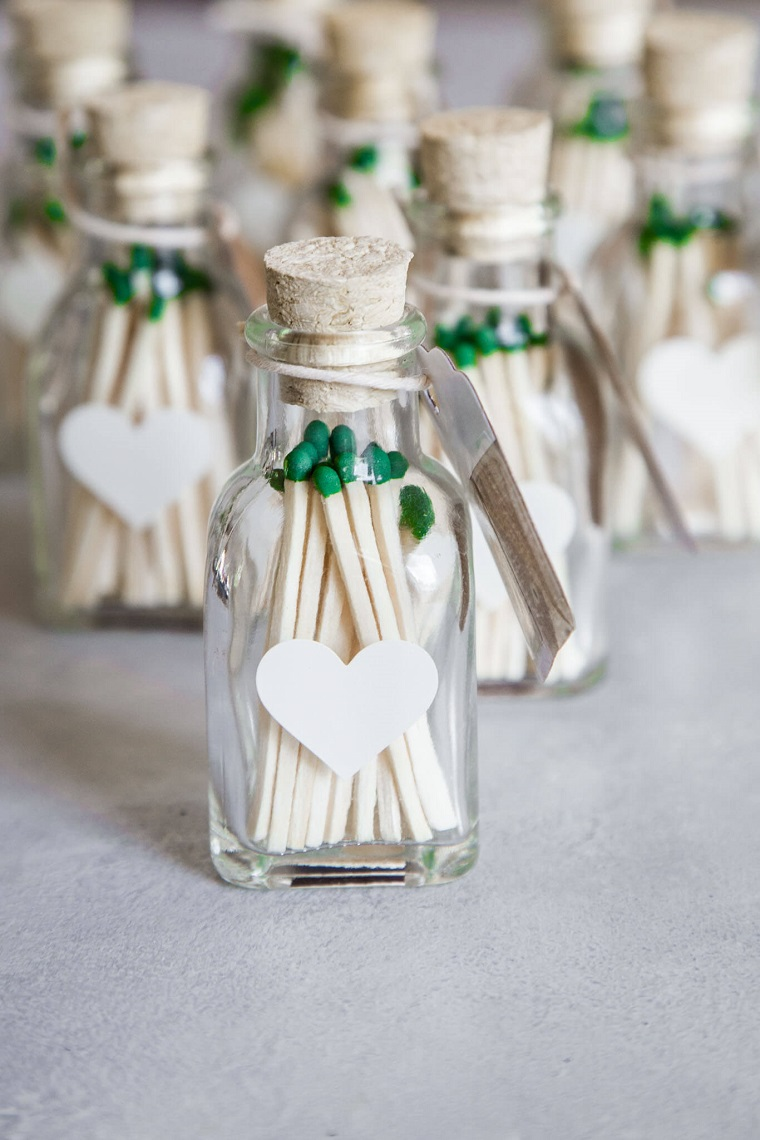 come confezionare bomboniere bottiglietta di vetro con fiammiferi verdi