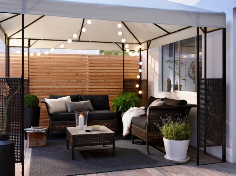 come coprire un terrazzo con ombrellone set di mobili per balcone in rattan decorazione con fili di lampadine