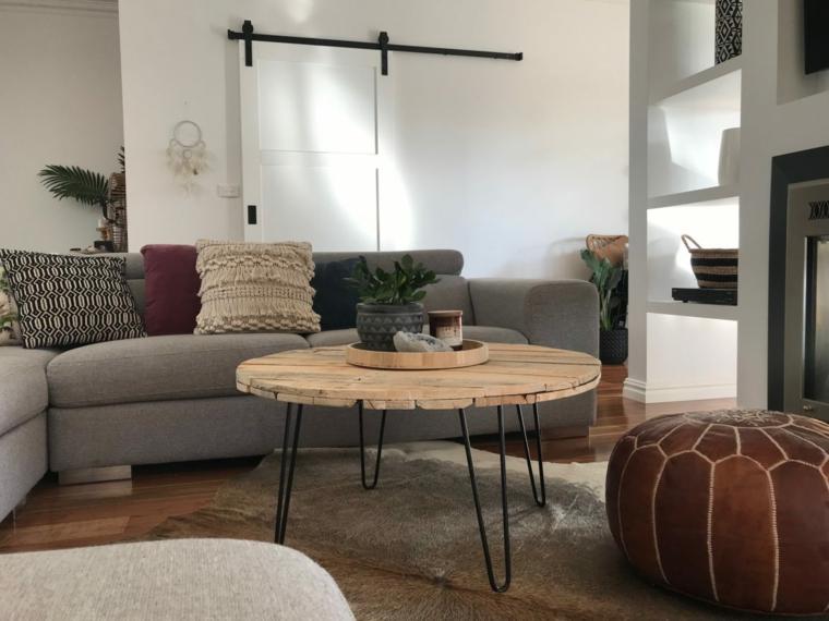 Tavolo con pallet, soggiorno con un divano grigio e tavolino rotondo con pallet