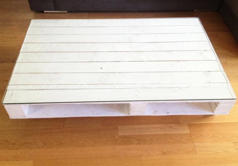 Tavolo con bancali, tavolino da caffè basso dipinto di bianco con superficie di vetro