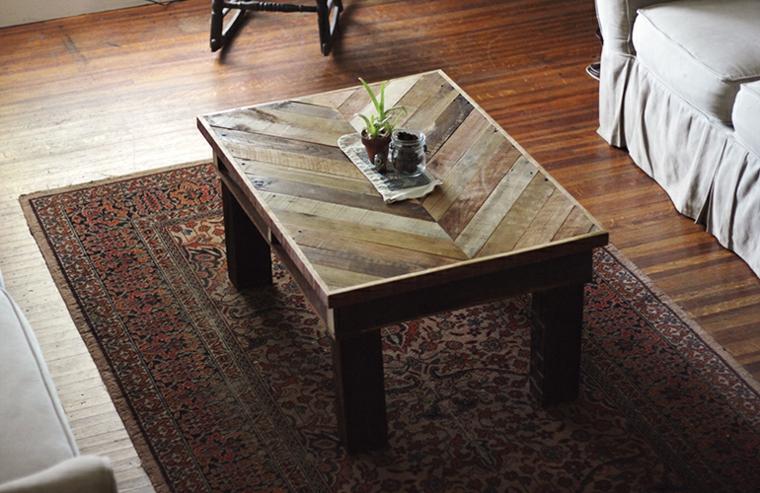 Tavoli fatti con bancali, soggiorno con un tavolino da caffè con centrotavola