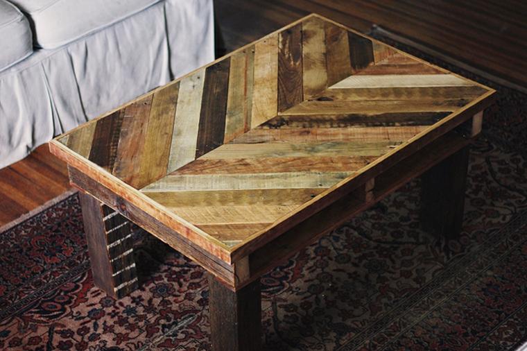 Costruire con i pallet, tavolino di legno accanto ad un divano, soggiorno con divano e tavolino