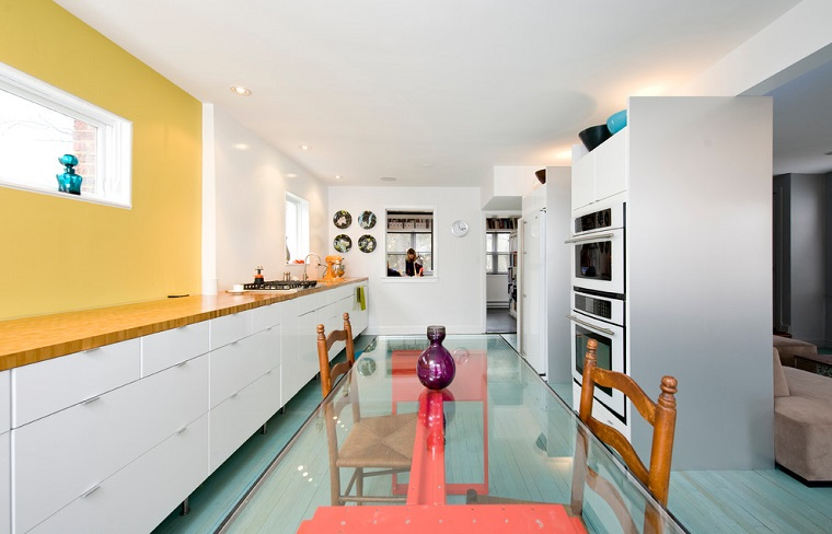 cucina bianca design moderno accenti colore giallo