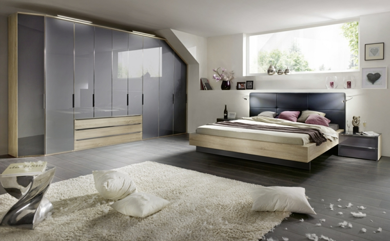 Armadio con porte lucide, pavimento in legno grigio, parete con finestra