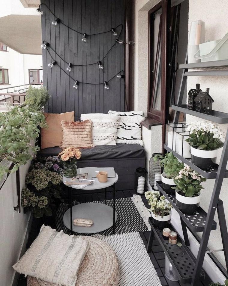 decorazione parete balcone con fili di lampadine terrazzi arredati con pallet
