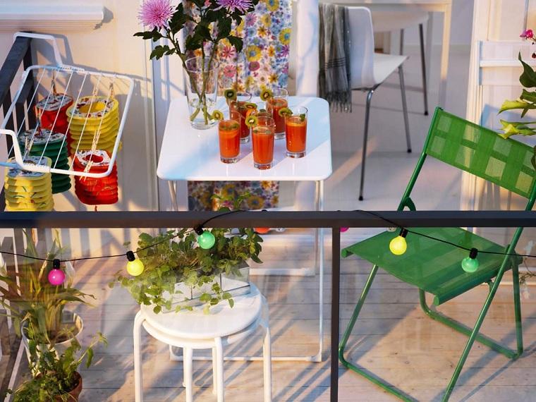 decorazioni ringhiera con filo di lampadine arredamento terrazzo con mobili di metallo