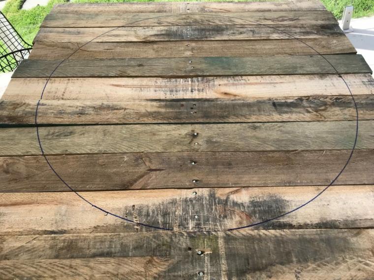 Tavoli fatti con bancali, disegno di un cerchio su un bancale di legno