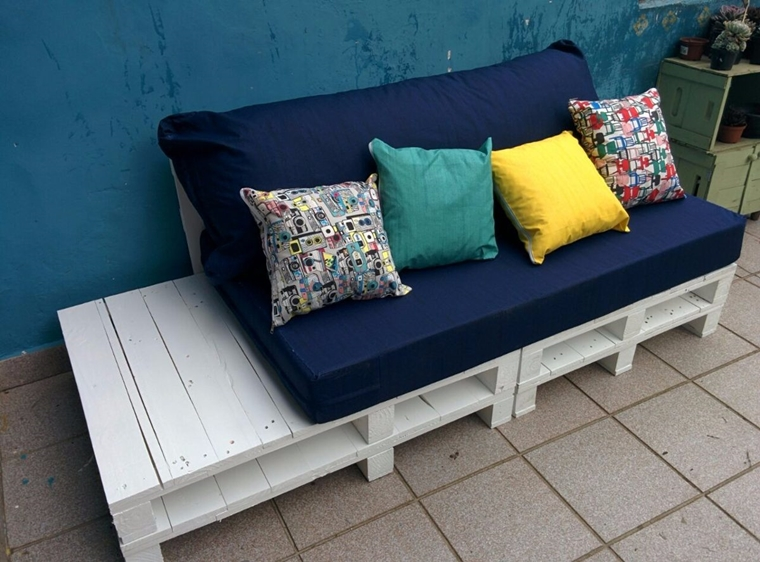 divano pallet verniciato bianco coperto cuscini colorati
