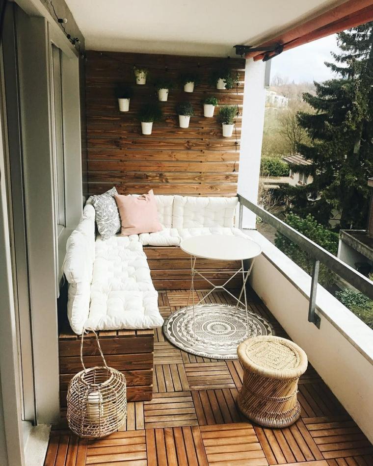 Arredare balcone stretto e lungo, balcone con parete rivestita in legno, divano angolare con cuscineria bianca