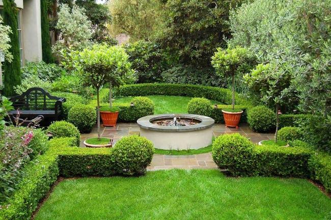 giardino arredato fontana particolare panchina ferro
