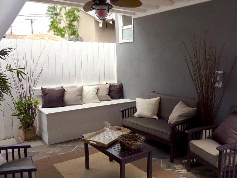 giardino arredato mobili legno recinzione colore bianco