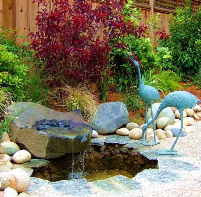 giardino asiatico decorato laghetto particolare uccelli pietra