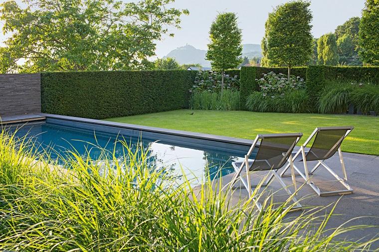 giardino con piscina forma rettangolare