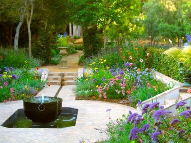 giardino fiorito fontana collocata laghetto