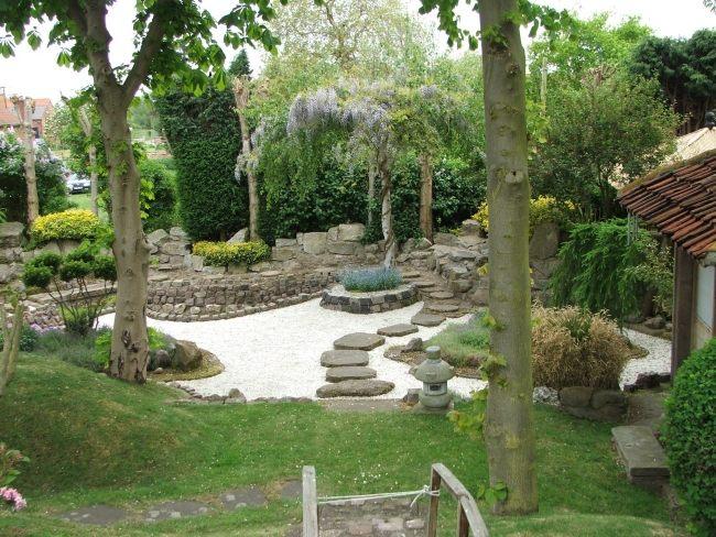 giardino giapponese realizzato pietra ghiaia