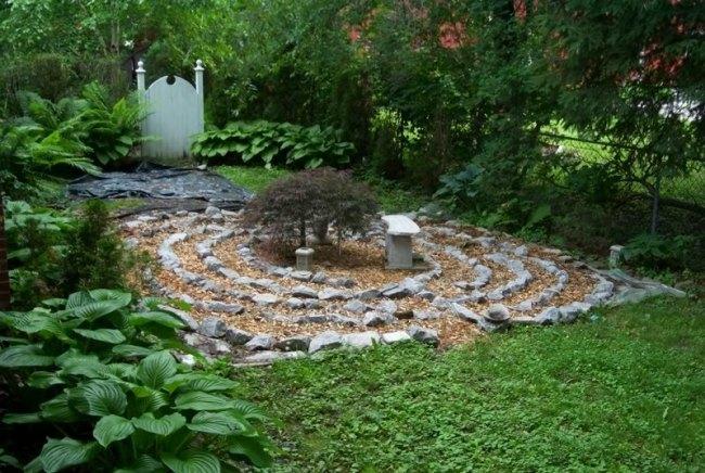 giardino labirinto pietre recinzione rete metallica