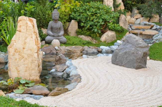 giardino zen decorato pietre vario tipo statua buddha