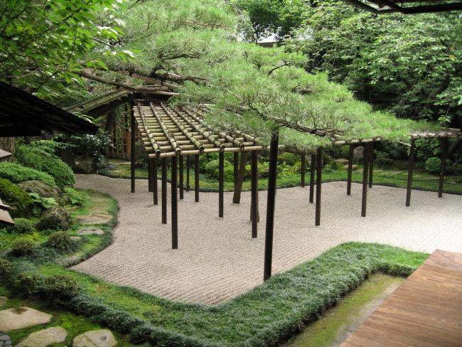 giardino zen pergolato bambù pavimento sabbia ghiaia
