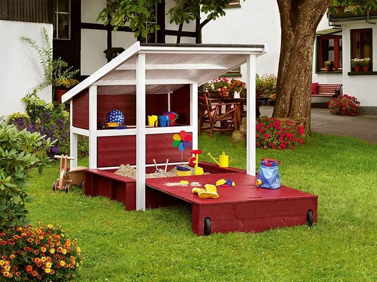 Giochi da giardino: ecco come progettare casette scivoli e altalene