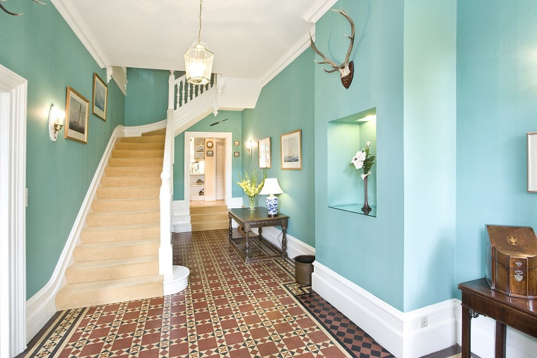 idea arredare corridoio mobili legno pareti colore azzurro