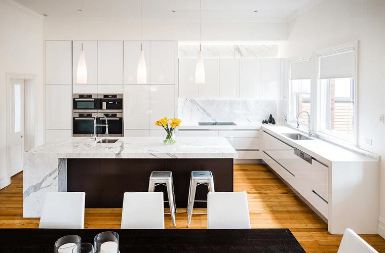 idea cucina bianca lucida design moderno contrasti nero