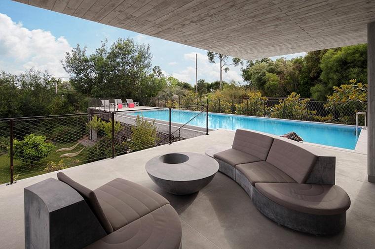 idea mobili colore grigio terrazzo piscina