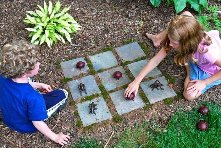 Parco giochi per bambini nel giardino di casa verde u foto stock