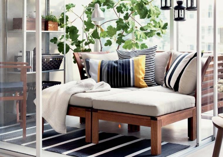 idee arredo terrazzo panchina di legno e cuscini di colore grigio decorazione con vasi piante foglia verde