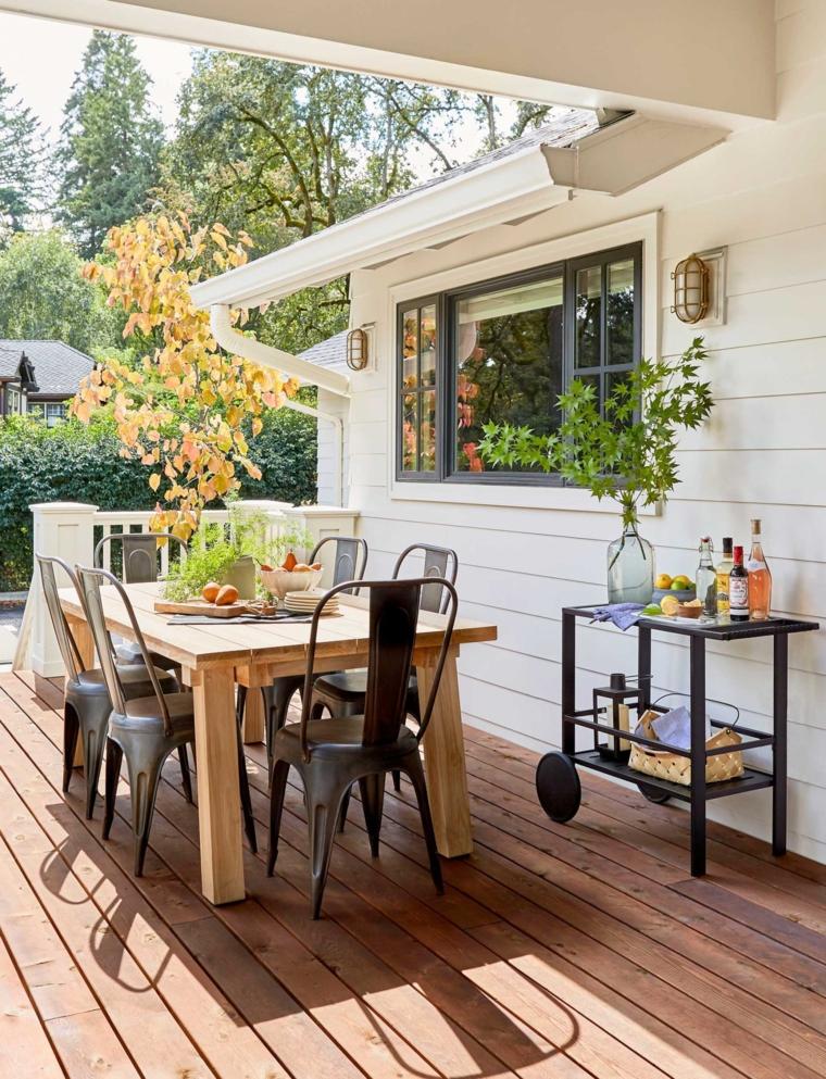 idee arredo terrazzo pavimentazione in legno arredamento balcone con seti di mobili in legno