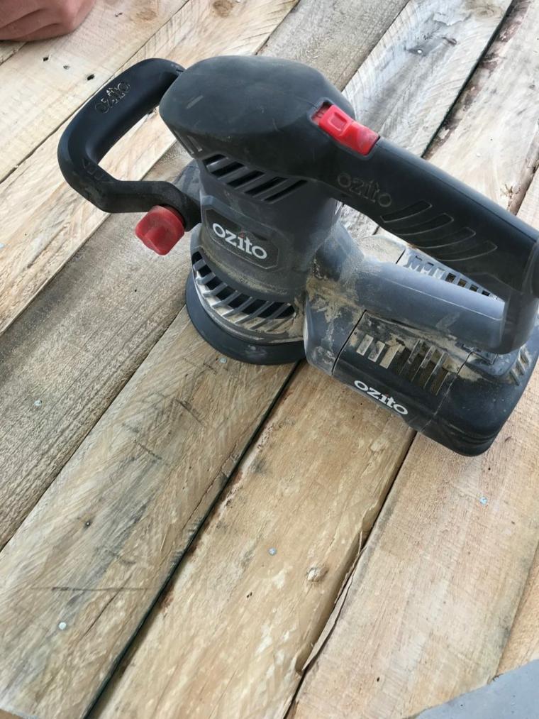 Lisciare il legno con una levigatrice, tutorial un tavolo con bancale, costruire con i pallet