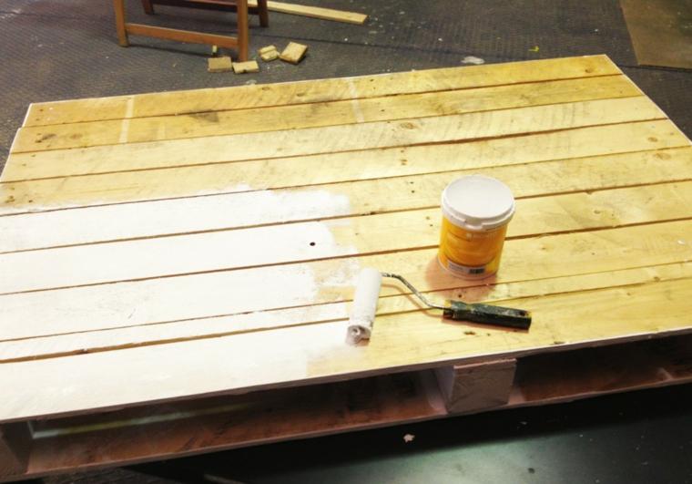 Come utilizzare i bancali di legno, pallet con barattolo di vernice e rullo