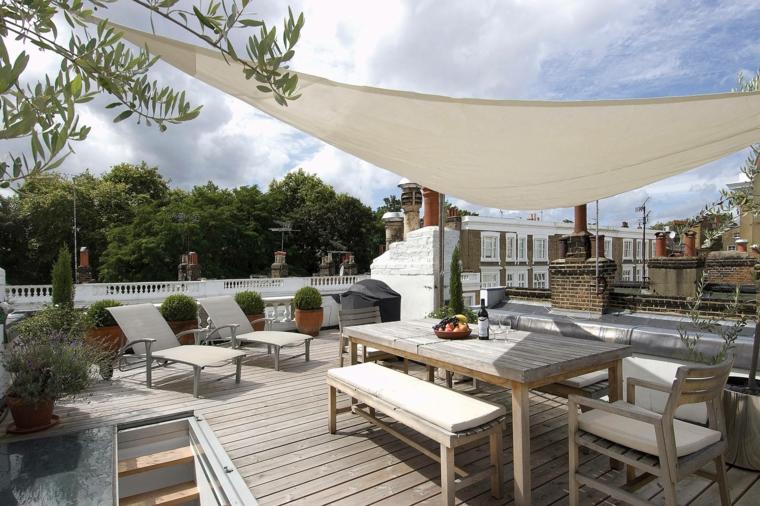 Terrazza con tavolo da pranzo in legno, pavimentazione terrazzo in legno