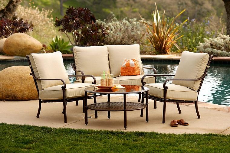 mobili per esterno metallo cuscini color crema