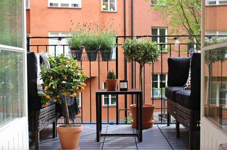 Come arredare un piccolo terrazzo coperto, terrazzo con ringhiera in ferro battuto, arredo con sedie in rattan e tavolino