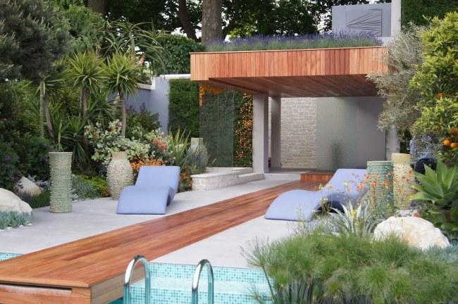 organizzare giardino pensile patio piscina lettini prendisole